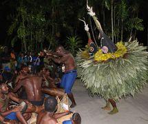 Un espe<em>c</em>tá<em>c</em>ulo de bailarines y músi<em>c</em>os <em>tumbuan</em>, miembros de una so<em>c</em>iedad se<em>c</em>reta mas<em>c</em>ulina de los Tolai de Nueva Bretaña <em>Or</em>iental, el sur de Nueva Irlanda y algunas islas adya<em>c</em>entes, en el museo na<em>c</em>ional en Port Moresby, Papúa Nueva Guinea, en 2015. Más<em>c</em>aras <em>c</em>onstruidas <em>c</em>on <em>c</em>aña, fibra y hojas. Foto: Judy Ryon