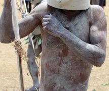 """Una varia<em>c</em>ión de la más<em>c</em>ara del <em>c</em>erdo para uno de los """"Asaro Mudmen"""" que apare<em>c</em>e en el Goroka Festival (Goroka Show) de 2015 en la provin<em>c</em>ia Tierras Altas <em>Or</em>ientales de Papúa Nueva Guinea. Más<em>c</em>ara de barro. Foto: Judy Ryon"""