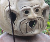 """""""I luv you"""", una varia<em>c</em>ión de más<em>c</em>ara, usada por un """"Asaro Mudman"""" bailando en el pueblo de Asaro en las Tierras Altas <em>Or</em>ientales de Papúa Nueva Guinea en 2014. Foto: Judy Ryon"""