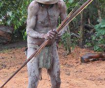 "Un ""Asaro Mudman"" <em>c</em>on el ar<em>c</em>o y la fle<em>c</em>ha representado en el pueblo de Asaro en las Tierras Altas <em>Or</em>ientales de Papúa Nueva Guinea en 2013. Los Mudmen a<em>c</em>tuaron ini<em>c</em>ialmente en la feria agrí<em>c</em>ola de Goroka, renombrada Goroka Festival en los años 50 (hoy, le Goroka Show). Foto: Judy Ryon"