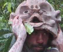 Un Asaro Mudman a<em>c</em>tuando en el pueblo de Asaro en las Tierras Altas <em>Or</em>ientales de Papúa Nueva Guinea en 2013. Foto: Judy Ryon