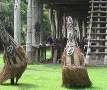 Los bailarines de Tumbuan saludan a los visitantes de la <em>c</em>asa de los hombres de Kanganaman, la provin<em>c</em>ia del Sepik <em>Or</em>iental, Papúa Nueva Guinea, en 2014. La <em>c</em>asa de los hombres de Kanganaman es la más grande en la provin<em>c</em>ia del Sepik <em>Or</em>iental. Foto: Judy Ryon