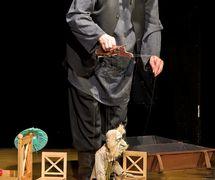 Une scène de <em>Vishnevy sad</em>  (La Cerisaie, 2008) d'Anton Tchekhov par l'Ognivo (Mytishchi, région de Moscou, Russie), mise en scène : Oleg Zhyugzhda, scénographie: Valeri Rachkovski. Stanislav Zhelezkin avec la marionnette à fils du personnage Firs. Photo réproduite avec l'aimable autorisation de Mytishchinsky munitsipalny teatr kukol «Ognivo»