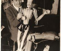 La titiritera británica Olive Blackham (1899-2002) de Roel Puppets (Gloucestershire, Inglaterra) con los títeres gigantes de <em>The Tempest</em> (década de 1930) de William Shakespeare. Títeres de hilos. Fotografía cortesía de Colección: The National Puppetry Archive
