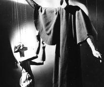 Los personajes de títeres, Abraham y Isaac, de la producción <em>Abraham and Isaac</em> (década de 1930) por Roel Puppets (Gloucestershire, Inglaterra), puesta en escena: Olive Blackham, fabricación de títeres: Bernard Griffin. Títeres de hilos, realizados en el estilo de japonés Nō, altura: (Abraham) 1,25 m. Fotografía cortesía de Colección: The National Puppetry Archive