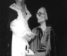 Professor Henry Higgins y Eliza Doolittle, dos personajes de <em>Pygmalion</em> (década de 1940), de George Bernard Shaw, representado por Roel Puppets (Gloucestershire, Inglaterra), puesta en escena: Olive Blackham. Títeres de hilos. Fotografía cortesía de Colección: The National Puppetry Archive