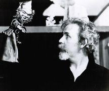 Marionnettiste américain Paul Vincent Davis (né en 1935) avec une marionnette à gaine. Photo réproduite avec l'aimable autorisation de Puppet Showplace Theatre (Brookline, Massachusetts, États-Unis).