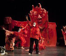 <em>Birdcatcher in Hell</em> (mayo de 2013), puesta en escena: Massimo Schuster, una producción de 1966 revivió en 2013 como parte de la celebración del 50 aniversario del Bread and Puppet Theater. Fotografía cortesía de Bread and Puppet Theater