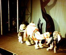 Una escena de <em>The Explorers</em> (1968), una producción del Marionette Theatre of Australia, puesta en escena: Peter Scriven. Títeres de hilos. Fotografía cortesía de Colección: Marionette Theatre of Australia