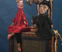 <em>Petrouchka</em>, le docteur et le cheval assis sur une orgue de barbarie, une comédie folklorique par le marionnettiste-<em>Petrouchka</em>-homme Ivan Zaitsev. Marionnettes à gaine (en bois et tissu), vers la fin du XIXe, début du XXe siècle. Photo réproduite avec l'aimable autorisation de Collection : Gosudarstvenny akademichesky tsentralny teatr kukol imeni S. V. Obraztsova, Musée de la Marionnette (Moscou, Russie)