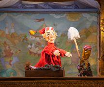 « <em>Petrouchka</em> et le tadjike », une scène de <em>Petrouchka</em> (2014) par le Moskovskiy teatr kukol, mise en scène et scénographie : Anatoli Arkhipov. Photo réproduite avec l'aimable autorisation de Moskovsky teatr kukol (Moscou, Russie)