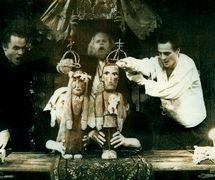 <em>Turlajgroszek</em> (Pois-qui-roule, 1991) de Tadeusz Słobodzianek et Piotr Tomaszuk, réalisé par Towarzystwo Wierszalin Teatr (Białystok, Pologne), mise en scène : Piotr Tomaszuk, scénographie : Mikołaj Malesza. Collection : Towarzystwo Wierszalin Teatr