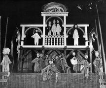 <em><em>Nim zapieje trzeci kur</em>…</em> (Avant que le coq chante trois fois..., 1983) de Vassili Choukchine, réalisé par Białostocki Teatr Lalek (Białystok, Pologne), mise en scène : Krzysztof Rau, décor : Wiesław Jurkowski. Collection : Bialostocki Teatr Lalek. Photo: Roman Sieńko