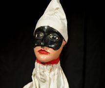 Pulcinella, un <em>burattino</em> (marionnette à gaine) par le marionnettiste (<em>burattinaio</em>) Carlo Piantadosi (décédé en 2012), créateur du Teatrino di Pulcinella Gianicolo, situé dans le Gianicolo à Rome. Photo réproduite avec l'aimable autorisation de IPIEMME – Musée international des marionnettes (Castellammare di Stabia, Italie)