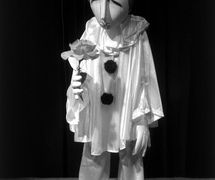 Pierrot, en <em>Medley for Strings</em> (1983) por The Puppeteer's Company (Brighton, Inglaterra), puesta en escena, concepción y fabricación: Steve Lee, Peter Franklin, actores: Steve Lee, Peter Franklin. Títere de hilos, altura: 65 cm. Foto: Steve Lee