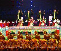 Un prélude avec quatre généraux (四将开台, 2002) par Quanzhoushi Muou Jutuan (Quanzhou, province du Fujian, République populaire de Chine), mise en scène : Wang Jingxian, scénographieet fabrication : Lin Congpeng, marionnettistes (de gauche à droite): Xia Rongfeng, Zhang Gong, Xu Shaowei, Chen Xuequn. Marionnettes à fils. Réalisée à la cérémonie d'ouverture des Jeux Olympiques de Beijing 2008 (8 août 2008). Photo: Xie Nan