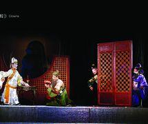 <em>L'Emissaire impérial</em> (钦差大臣, 2003) créé par Wang Jingxian, réalisée par Quanzhoushi Muou Jutuan (Quanzhou, province du Fujian, République populaire de Chine), mise en scène : Lü Zhongwen, Wei Hong, scénographieet fabrication : Lin Congpeng, Wang Yixiong, Chen Junxiang et d'autres, marionnettistes : Chen Yinghong, Xia Rongfeng, Xu Runming, Wei Shaocong (Wu Weihong), Xu Shaowei, Shen Suge, Chen Xuequn. Personnages de marionnettes : Jia Si, Zhu Wu, Si Guan. Marionnettes à fils. Photo réproduite avec l'aimable autorisation de Quanzhoushi Muou Jutuan