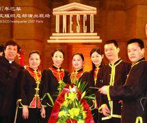 La compagnie Quanzhoushi Muou Jutuan joue au siège de l'UNESCO, Paris, 2007. Marionnettistes (de gauche à droite): Zhang Gong, Wang Jingxian, Lin Xiaojun, Meng Suping, Zhuang Wentie, Wu Xiaohui, Chen Xuequn, Xu Shaowei, Chen Yinghong. Photo réproduite avec l'aimable autorisation de Quanzhoushi Muou Jutuan