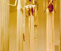 Marionnettes pour <em>Oedipus Rex</em> (1931), fabriquées et animées par le marionnettiste américain Remo Bufano (1894-1948), basé sur l'« Opéra-oratorios d'après Sophocles » par Igor Stravinsky, conceptionde marionnettes et mis en décors : Robert Edmund Jones. Marionnettes, hauteur : 3 m. D'abord présentée à Philadelphie avec le Philadelphia Orchestra dirigé par Leopold Stokowski et plus tard au Metropolitan Opera House, New York. Photo réproduite avec l'aimable autorisation de Collection : Detroit Institute of Arts. Photo: Alan Cook