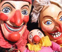 Punch, Judy y Baby, en <em>Punch and Judy</em> (1979, 1990), por Storybox Theatre (Bristol, Reino Unido), puesta en escena: Tanya Landman, concepción y fabricación de títeres: Rod Burnett, titiritero: Rod Burnett. Títeres de guante, altura: 50 cm. Foto: Rod Burnett