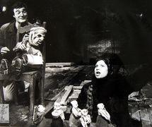Une scène de <em>Kotlovan</em> (La fouille, 1989), d'après le roman d'Andreï Platonov, par el Teatr kukly i aktiora «Skomorokh» im. R. M. Vindermana (Tomsk, Russie), mise en scène : Roman Vinderman, scénographie: Lyubov Petrova. Acteurs sur la photo : Vladimir Kozlov et Valeria Karchevskaya. Photo réproduite avec l'aimable autorisation de Collection : Teatr kukly i aktiora «Skomorokh» im. R. M. Vindermana (Tomsk, Russie)