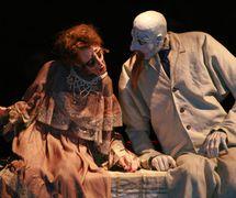 Une scène de <em>Lysaya pevitsa</em> (La Cantatrice chauve, première en 1989, reprise en 2008), d'après Eugène Ionesco, par le Teatr Kukly i aktiora «Skomorokh» im. R. M. Vinderman (Tomsk, Russie), mise en scène : Roman Vinderman, scénographie: Yadviga Midlyarska-Koval. Photo réproduite avec l'aimable autorisation de Collection : Teatr kukly i aktiora «Skomorokh» im. R. M. Vindermana (Tomsk, Russie)