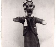 Sandrone, títere de guante, altura: 70 <em>c</em>m, <em>c</em>reado por Italo Ferrari y propiedad de Otello Monti<em>c</em>elli. Collezione Famiglia d'Arte Monti<em>c</em>elli. Fotografía cortesía de Marco Mensa, Teatro del Drago, Museo La Casa delle Marionette (Ravenna, Italia)