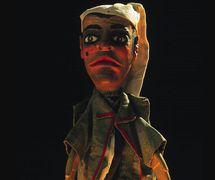 Sandrone (en torno a 1950), títere de guante, altura: 70 <em>c</em>m. Collezione Famiglia d'Arte Monti<em>c</em>elli. Fotografía cortesía de Teatro del Drago, Museo La Casa delle Marionette (Ravenna, Italia)
