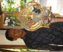 El <em>dalang</em> javanés, <em>Ki</em> Bambang Suwarno, con el <em>gunungan</em> (<em><em>kayon</em>an</em>) que él creó representando Semar meditando en un lugar sagrado (Surakarta, Indonesia). Foto: Karen Smith