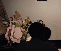 Semar y otros personajes, en el estilo javanés de <em><em>wayang</em> kulit purwa</em>. Foto: Karen Smith