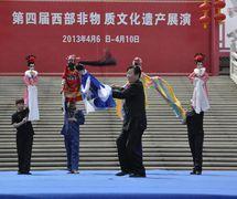 """<em>Le charme de Guangzhou</em> (关中神韵, 2013) par Shaanxisheng Minjian Yishu Juyuan (District de Yanta, Xi'an, province du Shaanxi, République populaire de Chine), mise en scène : Yan Juan, scénographieet fabrication : Yang Qing, marionnettistes : Yan Yi et  """"Héritiers de patrimoine immatériel"""". Marionnettes à tiges, hauteur : 70-100 cm. Photo réproduite avec l'aimable autorisation de Shaanxisheng Minjian Yishu Juyuan"""