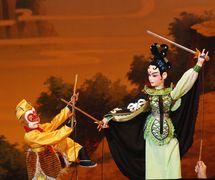 <em>Le Roi des singes bats trois fois le Démon aux os blancs</em> (三打白骨精, 2014) par Shaanxisheng Minjian Yishu Juyuan (District de Yanta, Xi'an, province du Shaanxi, République populaire de Chine), mise en scène : Zhao Yuming, scénographieet fabrication : Wang Chunsheng, marionnettistes : Yan Juan, Hu Yongkai, Yi Pengzhen. Marionnettes à tiges, hauteur : 70-100 cm. Photo: Zhao Yuming