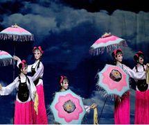 <em>Dance of the Flowery Umbrella</em> (花伞舞, 1990) by Sichuansheng Damuou Juyuan (Beiqiandao, Shunqing District, Nanchong, Sichuan Province, People's Republic of China), direction: Tang Guoliang, Long Lixiao, design/construction: Shu Shilin, Zhao Qing, Xu Xueshu, Xian Guanghui, Hu Xingying, puppeteers: young performers of the troupe. Rod puppets, height: 180-200 cm. Photo courtesy of Sichuansheng Damuou Juyuan