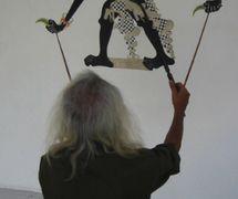 L'artiste indonésien, metteur en scène, <em>dalang</em> et créateur de <em>wayang</em> ukur, Sigit Sukasman avec sa figure d'ombre du héros du <em>Mahabharata</em>, Bima (Yogyakarta, 2007). Photo: Karen Smith