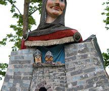 Lord Rhys (en gallois Yr Arglwydd Rhys, chef du XIIe siècle du royaume de Deheubarth dans le sud du Pays de Galles), marionnette géante processionnelle (2000), hauteur : 4,2 m, par Small World Theatre (Cardigan, Pays de Galles, Royaume-Uni), conception et fabrication: Bill Hamblet, Ann Shrosbree, Toby Downing. Marionnette géante manipulée par trois marionnettistes avec des marionnettes à gaine à l'intérieur du corps, accompagne de nombreux spectacles SWT dans tout le pays. Photo: Sam Vicary