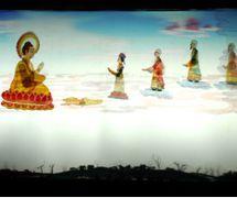 <em>La leyenda de la Diosa de la Misericordia</em> (观世音传奇, 2005) por Tangshan Piyingtuan (Distrito de Lubei, Tangshan, Provincia de Hebei, República Popular China), puesta en escena: Wang Junjie, Da Jianguang, concepción y fabricación: Wang Shuai, Du Yuqian, Du Xuejun, titiriteros: Zhao Weidong, Da Wei, Shen Tangying. Teatro de sombras. Fotografía cortesía de Tangshan Piyingtuan
