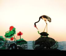 <em>La grulla y la tortuga</em> (鹤与龟, 2009) por Tangshan Piyingtuan (Distrito de Lubei, Tangshan, provincia de Hebei, República Popular China), puesta en escena: Wang Junjie, concepción y fabricación: Wang Shuai, Du Yuqian, Du Xuejun, titiriteros: Da Jianguang, Shen Tangying, Zhao Weidong. Teatro de sombras. Fotografía cortesía de Tangshan Piyingtuan