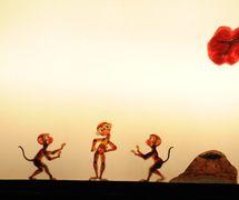 <em>Tres monos</em> (三只猴子, 2009) por Tangshan Piyingtuan (Distrito de Lubei, Tangshan, provincia de Hebei, República Popular China), puesta en escena: Wang Jungjue, Da Jianguang, concepción y fabricación: Wang Shuai, Du Yuqian, titiriteros: Da Jianguang, Zhao Weidong, Shen Tangying, He Chao, Ren Guohui, Da Wei, Qi Dongxing, Wang Jian. Teatro de sombras. Fotografía cortesía de Tangshan Piyingtuan