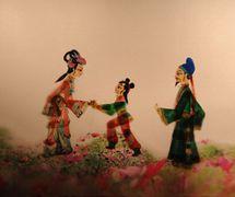 <em>Chenxiang rescata a su madre</em> (沉香救母, 2010) por Tangshan Piyingtuan (Distrito de Lubei, Tangshan, provincia de Hebei, República Popular China), puesta en escena: Wang Junjie, Da Jianguang, concepción y fabricación: Wang Shuai, Du Yuqian, Du Xuejun, titiriteros: Ren Guohui, Da Wei, Da Jianguang, Shen Tangying, He Chao, Qi Dongxing. Teatro de sombras. Fotografía cortesía de Tangshan Piyingtuan
