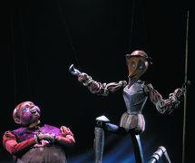 Les marionnettes à fils de Don Quichotte et Sancho Panza, dans <em>Don <em>Ki</em>khot</em> (Don Quichotte, 1925), d'après le roman de Miguel de Cervantes, par le Teatr marionetok imeni E. S. Demmeni (Saint-Pétersbourg, Russie), mise en scène : Konstantin Tverskoy, scénographie: Elizaveta Yakunina. Collection : Teatr marionetok imeni E.S. Demmeni. Photo réproduite avec l'aimable autorisation de Teatr marionetok imeni E.S. Demmeni