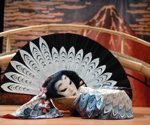 <em>Volshebnoye pyoryshko</em> (La petite plume magique, 2007) par le Teatr marionetok imeni E.S. Demmeni (Saint-Pétersbourg, Russie), mise en scène : Boris Konstantinov, scénographie: Alexander Alekseev. Photo réproduite avec l'aimable autorisation de Teatr marionetok imeni E.S. Demmeni. Photo: Vladimir Postnov