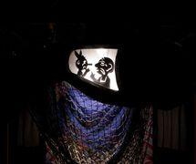 Escena del teatro de sombras de <em>!Viva Pinocho! A Mexican <em>Pinocchio</em></em>, una producción bilingüe (Inglés y Español) para público joven, por el Teatro SEA (Nueva York, NY, Estados Unidos), puesta en escena: Manuel Morán, escenografía: José López, música: Harold Gutiérrez. Foto: Christopher Auger-Domínguez