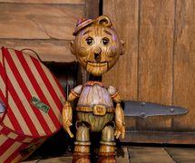 """<em>Pinocchio</em> / Pinocho, títere de varillas, altura: 60 cm (24""""), de <em>!Viva Pinocho! A Mexican <em>Pinocchio</em></em>, una producción bilingüe (Inglés y Español) para público joven por el Teatro SEA (Nueva York, NY, Estados Unidos), puesta en escena: Manuel Morán, escenografía: José López, música: Harold Gutiérrez. Foto: Christopher Auger-Domínguez"""