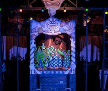 Escena de la obra de <em>!Viva Pinocho! A Mexican <em>Pinocchio</em></em>, una producción bilingüe (Inglés y Español) para público joven por el Teatro SEA (Nueva York, NY, Estados Unidos), puesta en escena: Manuel Morán, escenografía: José López, música: Harold Gutiérrez. Titiritero / actor en la foto: Manuel Morán. Foto: Christopher Auger-Domínguez