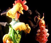 """Gallo y Cucarachita, en <em>Martina the Little Roach / La Cucarachita Martina</em>, un musical al estilo musical rock-n-roll basado en el cuento de la cultura popular cubana y puertorriqueña (bilingüe en Inglés y Español) para público joven por el Teatro SEA (Nueva York, NY, Estados Unidos), puesta en escena: Manuel Morán, escenografía: José López, música: Alex Bautista. Títeres en el estilo Bunraku, altura: (Gallo) 90 cm (36""""), (Cucarachita) 50 cm (20""""). Fotografía cortesía de Teatro SEA"""