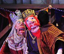 Rey Farfán y Reina, en <em><em>The Toothache of <em>Ki</em>ng Farfán / La Muela del Rey Farfá</em>n</em>, una opereta zarzuela bilingüe (Inglés y Español) para público familiar por el Teatro SEA (New York, NY, United States). Adaptación de la obra por Los Hermanos Quintero, puesta en escena: Manuel Morán, puntuación: Manuel Morán e Iván Alexander Bautista, coreografía: Michael Capecci, títeres y juegos: José López, vestuario: William Lorenzen III. Títeres al estilo Bunraku, altura: 1,8 m (6'). Foto: Agustín Barrera
