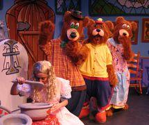 Escena de <em>Ricitos and the 3 Bears (Goldilocks and the 3 Bears) / Ricitos y los 3 Ositos</em>, una producción bilingüe (Inglés y Español) para audiencias jóvenes por el Teatro SEA (Nueva York, NY, Estados Unidos). Actor en la foto: (Goldilocks/Ricitos) Albrey Barbosa. Títeres habitable / Vestuario de títeres, altura: 2 m (7'). Foto: Richard Marino