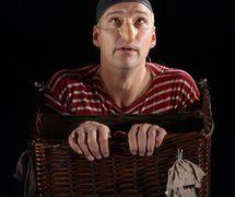 <em>Sjoerd zegt foert</em> (title in French: <em>Vole !</em>, 2004) by Theater Taptoe (Ghent, Belgium), direction: Yves Coumans, design: Dirk De Strooper, construction: Dirk De Strooper, puppeteers/actors: Dirk De Strooper (Sjoerd), Ise De Brouwere (Bird). Photo: Luk Monsaert