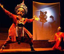 <em>The Rise and Fall of Timur the Lame</em> (2002), concepción y puesta en escena por Theodora Skipitares, inspirado por Christopher Marlow, los títeres y representado por Sanjeeva Suvarna, una danzante Yagshagana. Foto: Richard Termine