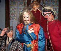 <em>La Passion</em> d'après Michel de Ghelderode et la tradition populaire, le Théâtre Royal de Toone (Bruxelles, Belgique). Personnages (de gauche à droite): Woltje, Juseke et Jef Patâât. Marionnettes à tringles. Photo: Nicolas Géal